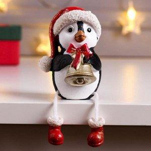 """Сувенир полистоун """"Пингвин Рико в красном колпаке, с колокольчиком"""" длинные ножки 8,5х6х7 см   63437"""