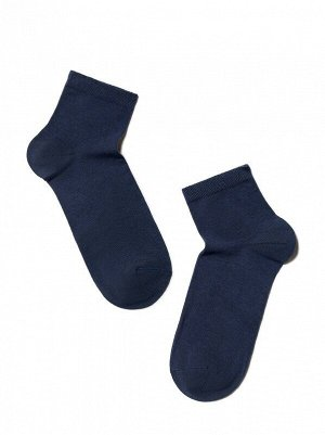 Носки Состав: хлопок 73%, полиэстер 25%, эластан 2% Цвет: Темный джинс Год: 2021 Страна: Беларусь Укороченные спортивные эластичные мужские носки из хлопка, с двойной анатомической резинкой, однотонны