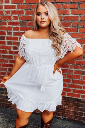 Белое платье плюс сайз с открытыми плечами и кружевными рукавами
