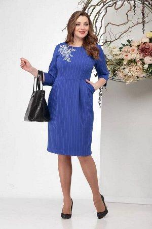 Платье Базовое платье, которое в зависимости от сочетания с другими элементами гардероба применимо как для офиса, так и фуршета. Выполнено из костюмно-плательной ткани в мелкий рубчик. По переду украш