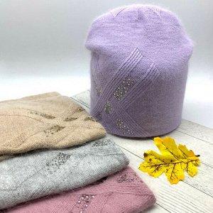 Шапка Изящная шапочка из ангоры двойной вязки с красивым узором, сзади сборки и украшена декорированной пуговицей, что придает дополнительно изюминку изделию. Размер свободный Cостав: Ангора 30% Виско