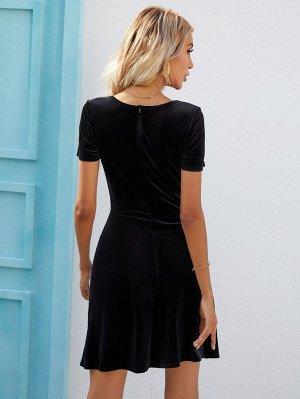 Бархатное платье с квадратным воротником