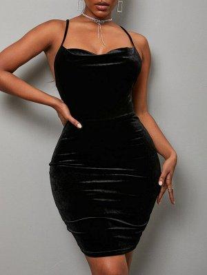 Бархатное облегающее платье с вырезом на спине