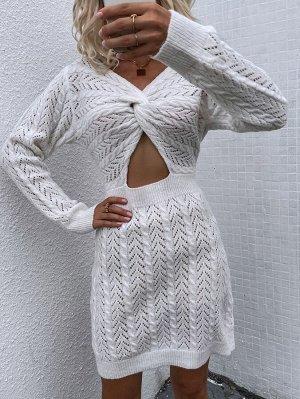 Вязаное платье-свитер с вырезом