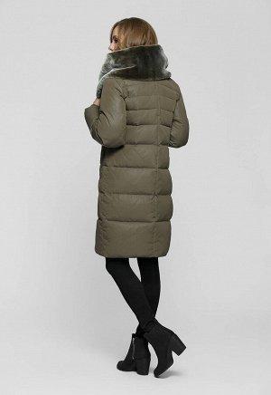 1920 хаки Теплое зимнее пальто прямого силуэта. Главным украшением модели является объмный капюшон - воротник, состоящий внутри полностью из искусственного меха.   Коллекция: Осень-зима 2019 Артику