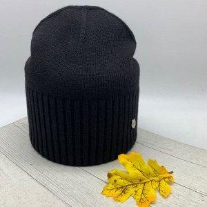 Шапка Бесспорный лидер продаж шапка-бини, в черном цвете, который вписывается в любой образ, гармонично его завершая. Декорирована оригинальным металлическим элементом. Размер 56-58см. Cостав: Шерсть