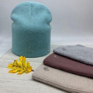 Шапка Женская шапка из ангоры и ниткой люрикс. Классическая модель, декорирована фирменной металлической  фурнитурой, отлично дополнит Ваш стильный образ. Размер свободный Cостав: Ангора 50% Шерсть 10