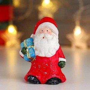 "Сувенир керамика ""Дед Мороз в красной шубе и колпаке, с подарком"" 10х6,3х5 см"