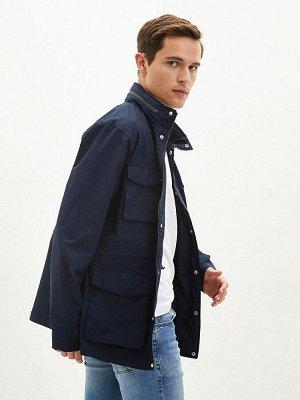 Тонкое мужское пальто с высоким воротником