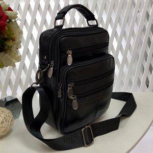 Мужская сумка User среднего размера из мягкой натуральной кожи с ремнем через плечо чёрного цвета.