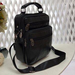 Мужская сумка Blumbag среднего размера из мягкой натуральной кожи с ремнем через плечо чёрного цвета.