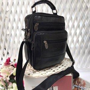 Мужская сумка Blackbag среднего размера из мягкой натуральной кожи с ремнем через плечо чёрного цвета.