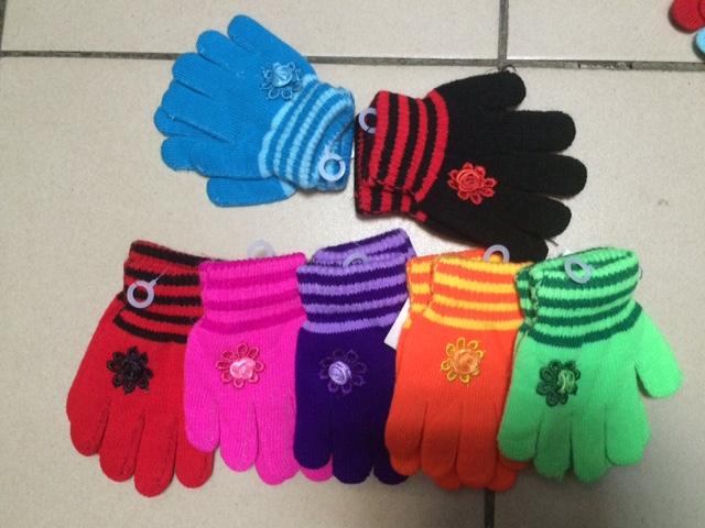 рукавички нам мал размер голыбые, вторые черные в Хабаровске