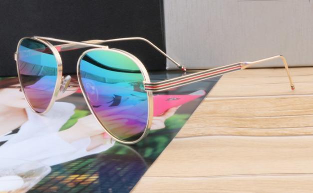 Солнцезащитные очки в тонкой золотой оправе с зеркальными стеклами хамелеон