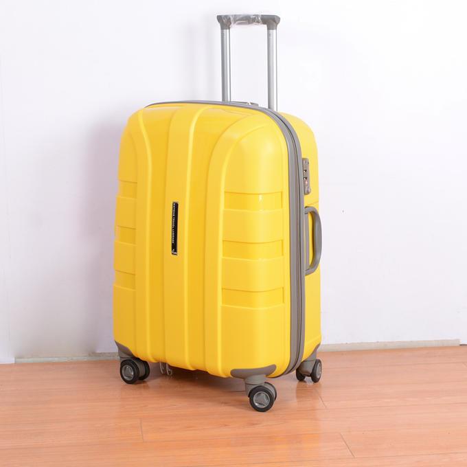 чемодан Чемодан из полипропилена. Больше фото внутри. Размеры на доп фото.  Также, чемоданы из полипропилена выдерживают любые погодные условия, даже очень низкие температуры, что в нашей стране очень