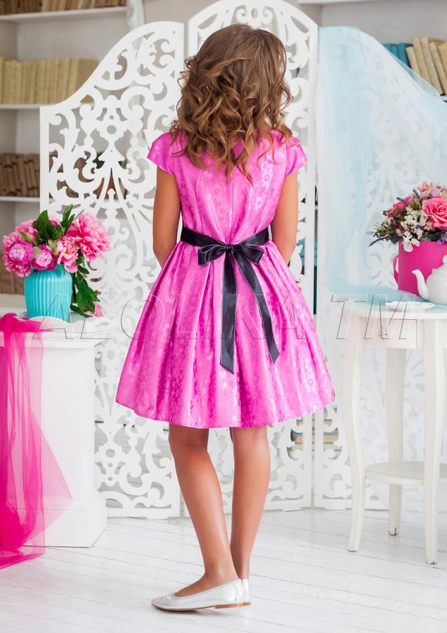 Изящное нарядное платье из атласной ткани c цветочным  рисунком