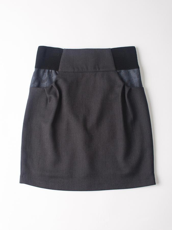 Классическая с интересными деталями девичья юбка, рост 158, серая в Хабаровске