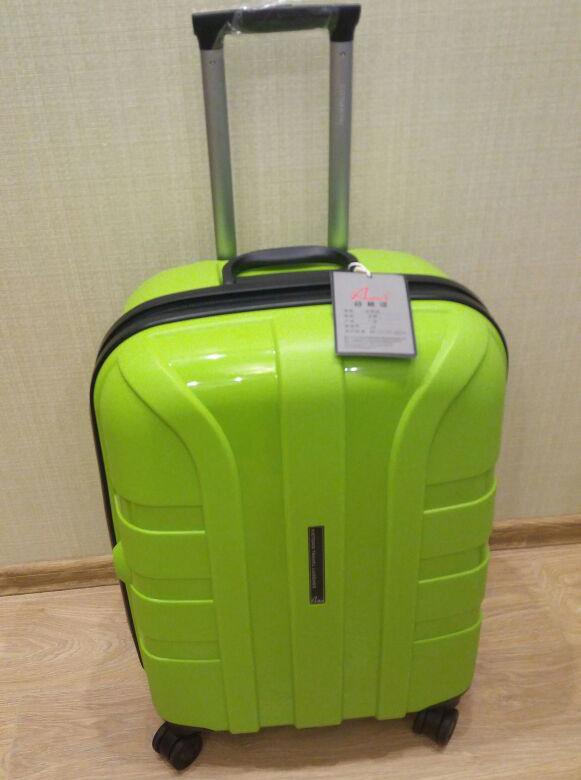чемодан Очень красивый насыщенный цвет! Чемодан из полипропилена. Больше фото внутри. Размеры на доп фото.  Также, чемоданы из полипропилена выдерживают любые погодные условия, даже очень низкие темпе