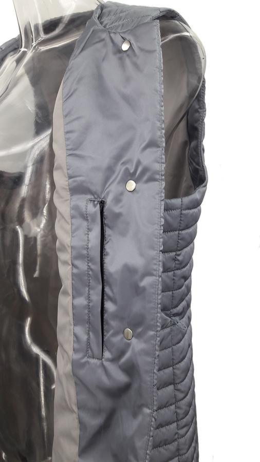 Жилет Модный удлиненный жилет выполнен из прочной, легкой и приятной на ощупь матовой ткани, оформлен горизонтальной стежкой. Наполнитель из БиоПуха не даст вам замерзнуть в переменчивую весенне-летню