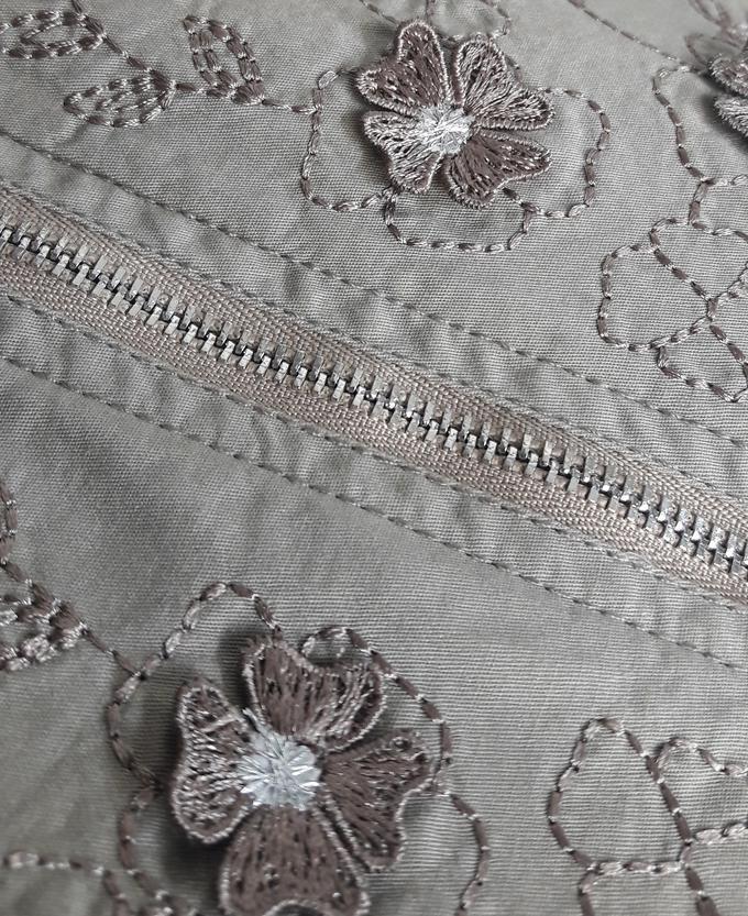 Платье Платье с двухсторонней застежкой-молнией, которая придает дизайну изюминку и визуально стройнит. Верхняя часть платья оформлена вышивкой и аппликацией. Карманы спереди. Сзади шаговая шлица.  Ма