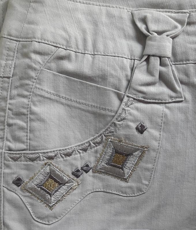 Брюки Стильные брюки прямого кроя. Посадка выше средней. Застежка на молнию и пуговицу, два кармана спереди и два сзади, шлевки для ремня, вышивка по передним карманам. Материал хлопок-стрейч отлично