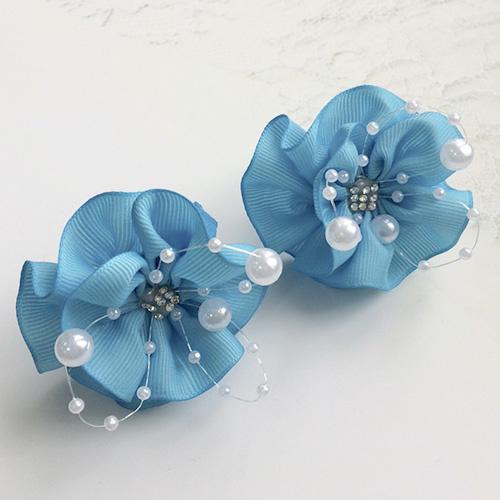 Бант для волос Вальс голубой с бусинами резинка