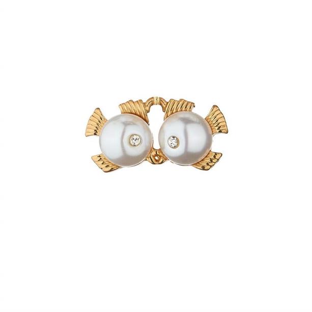 Брошь Золотистая брошь со знаком Зодиака, декорированная искусственным жемчугом, - идеальное украшение со смыслом. Она прекрасно подчеркнет твой образ и в тоже время послужит талисманом.МАТЕРИАЛЫ: лат
