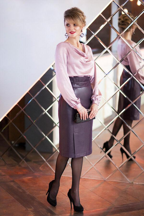 Юбка миди Полиэстер-100%Рост: 164 см. Юбка - «карандаш» модного цвета « баклажан», Ткань с вплетенной люрексной нитью, придающий блеск «кожи Лаке». По переду юбки выполнены рельефы, декорированные фун