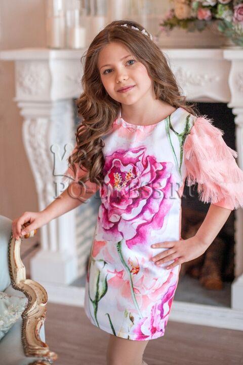 Платье Платье облегающего силуэта, из плотного атласа, с принтом. Полностью на хлопковом подкладе. Спинка однотонная, цвета персик. Молния по спинке. ***  На фотографии девочка ростом около 134с