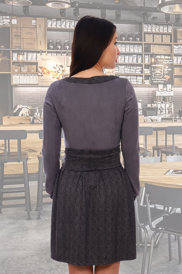 Платье Бренд Натали Ткань: эко-замша Платье из эко-замши. Лиф однотонный, юбка, отделка рукавов и горловины в клетку или полоску, пришиваются в круговую. На юбке спереди 5 встречных складок, на спинке