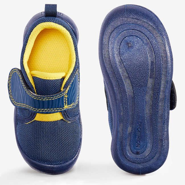 БОТИНКИ Легкая обувь, специально разработанная для малышей: очень гибкие и с поддержкой пятки, можно носить в помещении и на улице. Простота надевания: маркировка левый / правый и застежка–липучка.