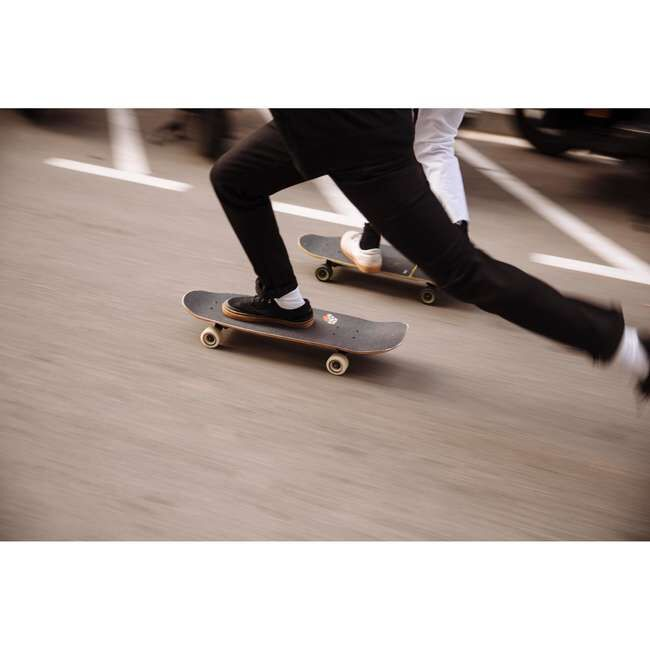 Кеды Кеды для скейтбординга с вулканизированной подошвой, в которых скейтбордист лучше чувствует доску. Вулканизация обеспечивает очень хорошую гибкость и лучшее сцепление по сравнению с конструкцией