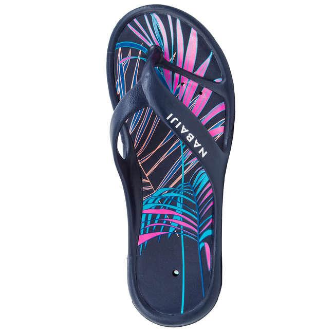 ШЛЕПАНЦЫ Легкие и удобные сланцы защитят ноги на берегу бассейна или водоема. Они украшены принтом, обладают хорошими прилегающими свойствами и не скользят на мокрой поверхности.