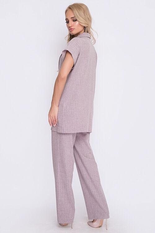 Комплект Комплект из текстильного полотна состоящий из брюк и жакета.Жакет свободного силуэта с отложным воротником и лацканом, с центральной застежкой на 1 пуговицу и накладными карманами по полочкам
