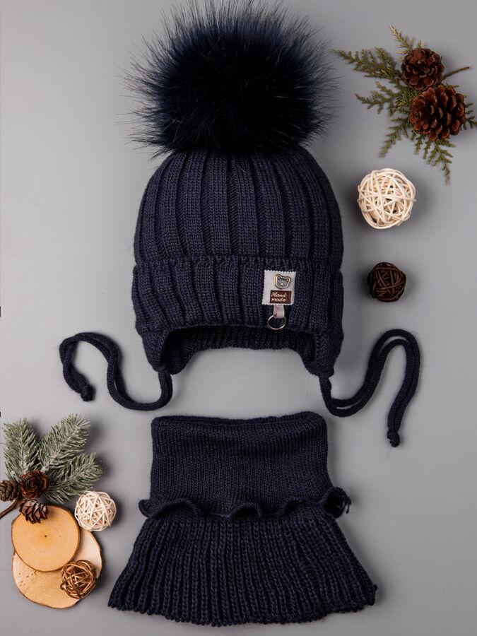 Шапка вязаная для мальчика, помпон, на завязках, на отвороте нашивка с мишкой + снуд, темно-синий в Комсомольске-на-Амуре