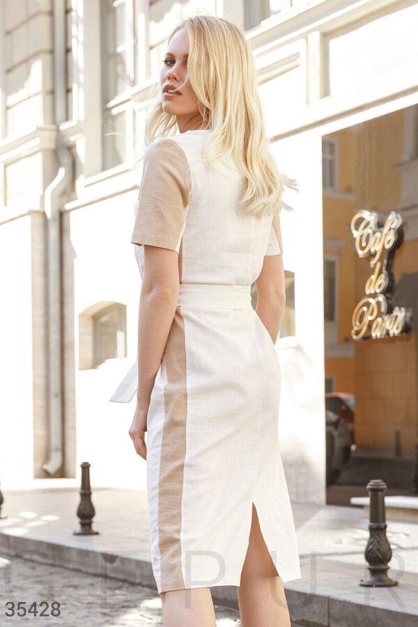 Офисное бело-бежевое платье