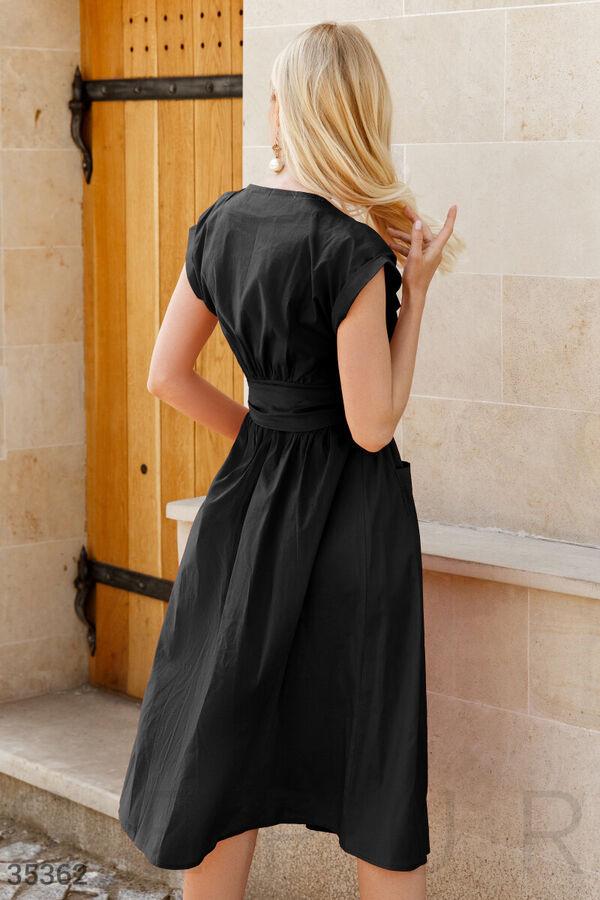 Черное платье-миди с акцентом на талии