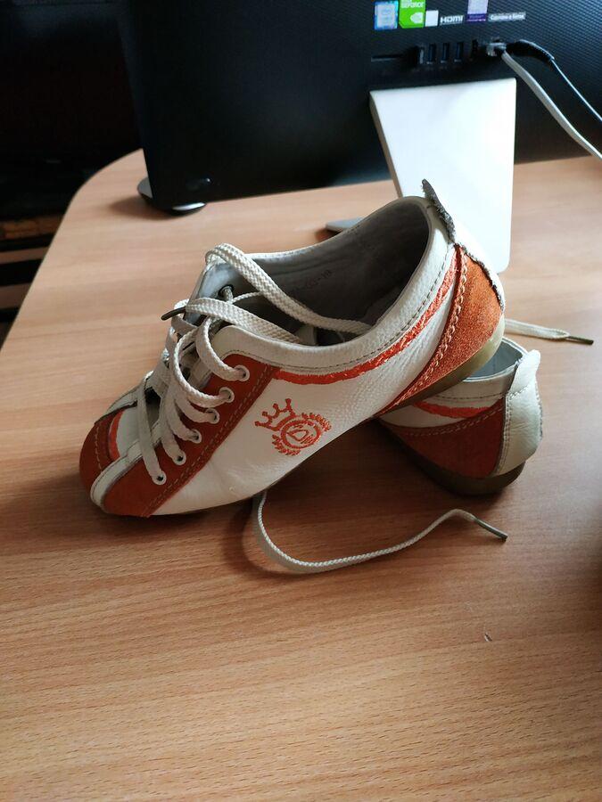 Кожаные кроссовки с оранжевыми вставками во Владивостоке