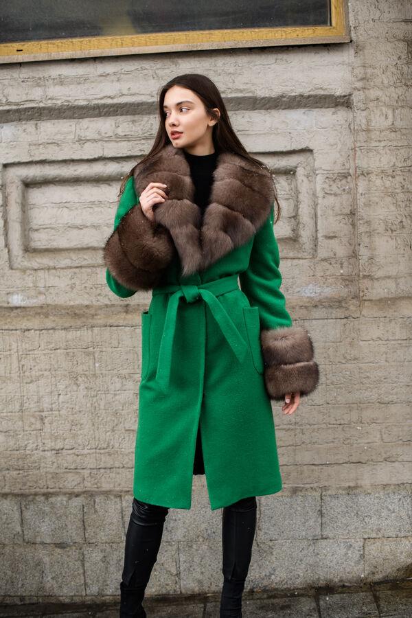 Пальто изумрудного цвета с песцовой отделкой