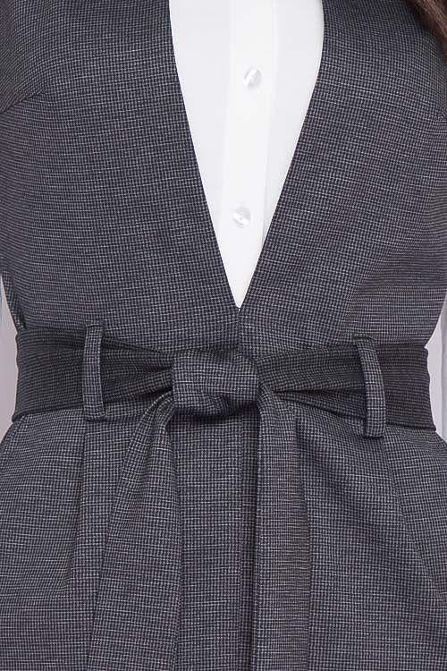 Сарафан Сарафан из плотного хорошо держащего форму трикотажа в мелкую клеточку ,отрезной по линии талии,юбка с разрезом по центру, в боковых швах карманы, пояс в комплекте. 50% вискоза,45% п/э,5% лайк