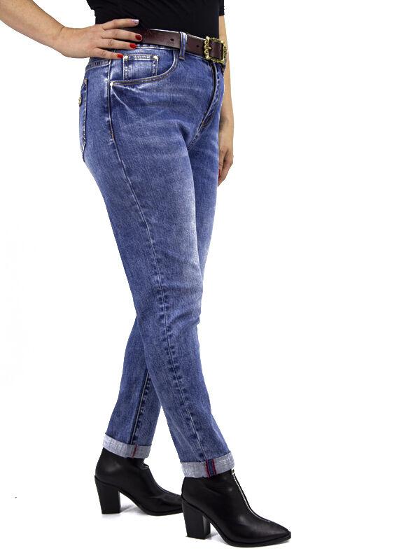 Джинсы Тип посадки: средняя; заужены к низу. Детали: застежка на молнию и пуговицу, два кармана спереди и два сзади, шлевки для ремня; Ремень в комплект поставки не входит. Длина изделия (36 размер) п