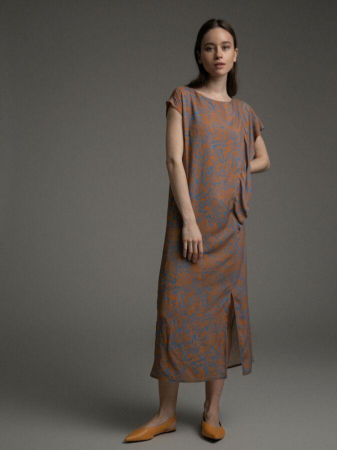 Платье Состав ткани: Вискоза 100% Длина: 119 См. Описание модели Акцент на рукава. Платье с контрастным фантазийным принтом, разрезами по бокам и необычной отделкой рукавов. Небольшие спущенные рукава