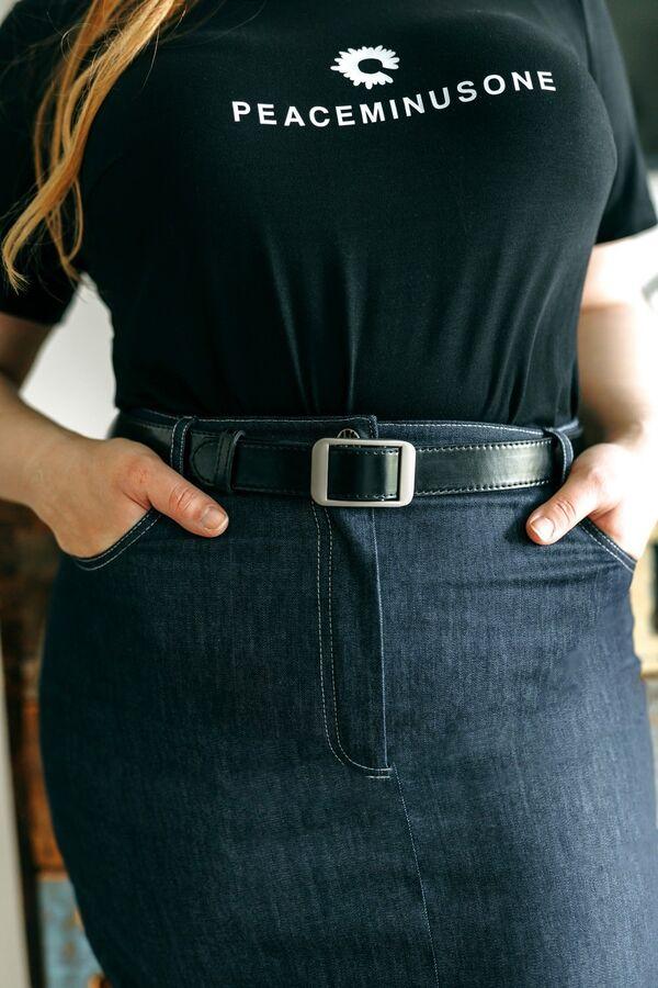 Юбка миди х/б- 97%, спандекс -3%Рост: 164 см. Юбка с боковыми карманами зауженная к низу, с застежкой на тесьму-молнию и разрезом по передним полотнищам юбки. Отрезная кокетка и накладные карманы по з