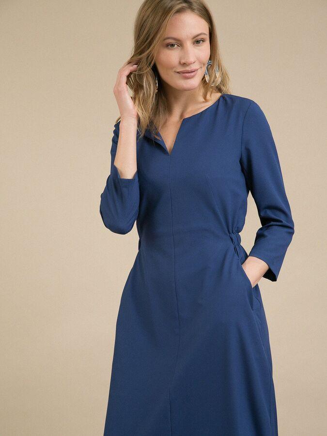 Платье Состав ткани: Полиэстер 77%, Вискоза 20%, Эластан 3% Длина: 112 См. Описание модели Платье приталенного кроя. Имеет фигурный вырез, рукава 3/4, карманы в боковых швах. Сзади на уровне талии рас
