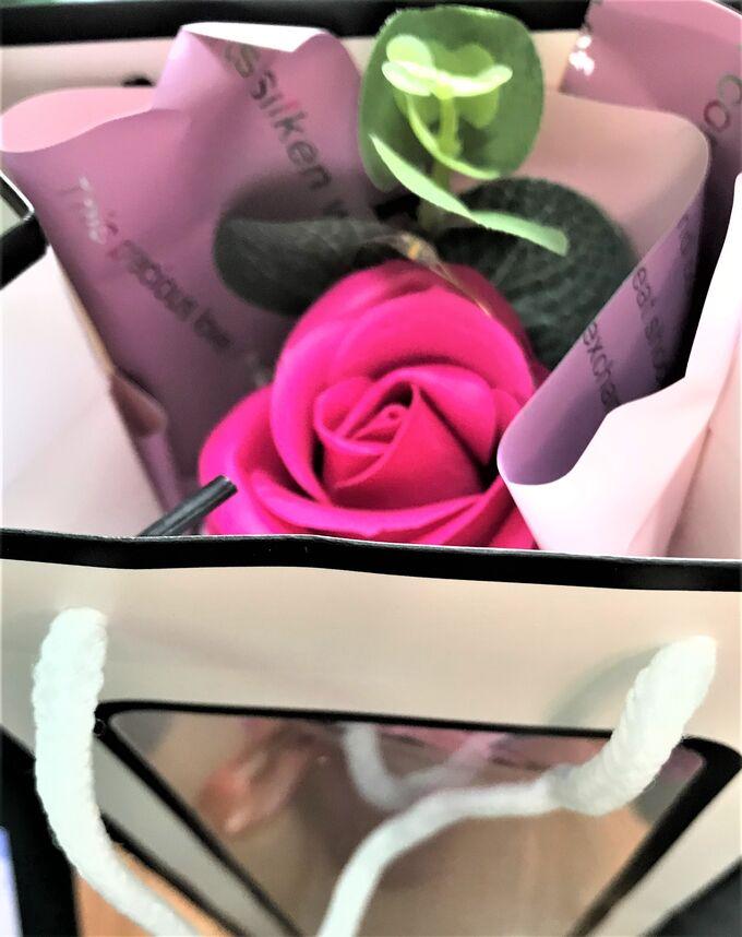 Букет цветов из мыла в подарочном пакете со светящейся гирляндой