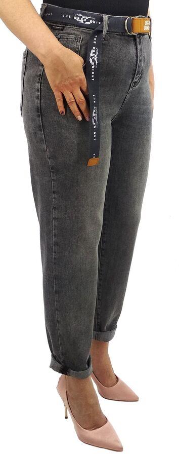 Джинсы Джинсы MOM / джинсы бананы Тип посадки: высокая; заужены к низу. Детали: застежка на молнию и пуговицу, три кармана спереди и два сзади, шлевки для ремня; ремень в комплекте;  Длина изделия (31