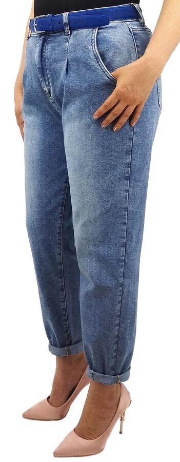 Джинсы Джинсы MOM / джинсы бананы Тип посадки: высокая; заужены к низу. Детали: застежка на молнию и пуговицу, три кармана спереди и два сзади, шлевки для ремня; защипы на талии; внизу на штанинах зас
