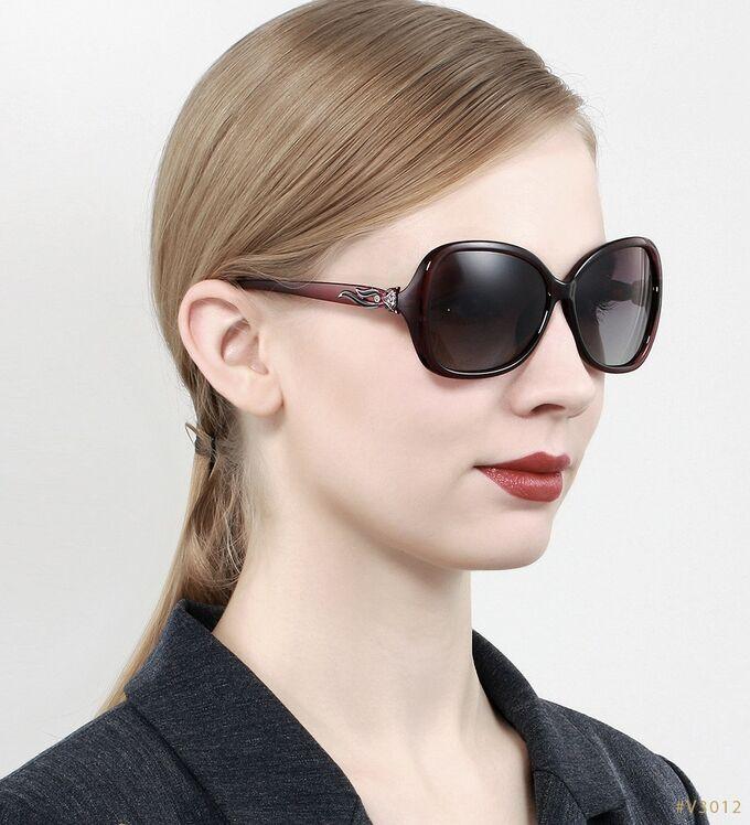Женские солнцезащитные очки  в защитном чехле, коричневые линзы, коричневая оправа, коричневые дужки с интересным декоративным элементом
