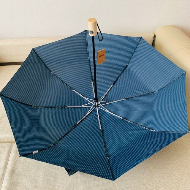 Зонт Цвет купола зависит от условий освещения. Зонт в 3 сложения, полный автомат. Модель прочная, надёжная. Каркас зонта выполнен из 8 спиц, за счет чего зонт имеет хорошую натяжку купола и выдерживае