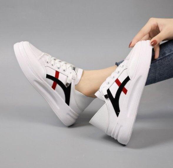Женские кроссовки, полосы черные/красные, цвет белый